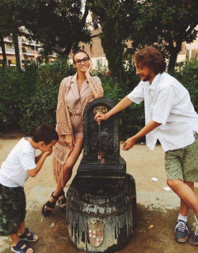 Алена Водонаева поселилась в Испании с любимыми мужчинами