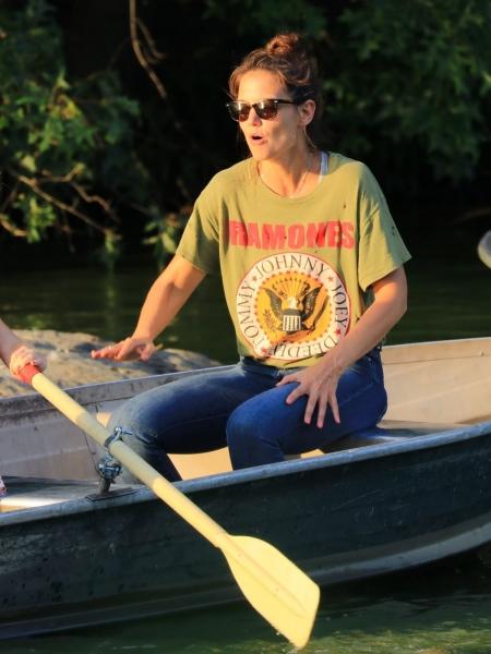 Кэти Холмс вышла на прогулку в дырявой футболке