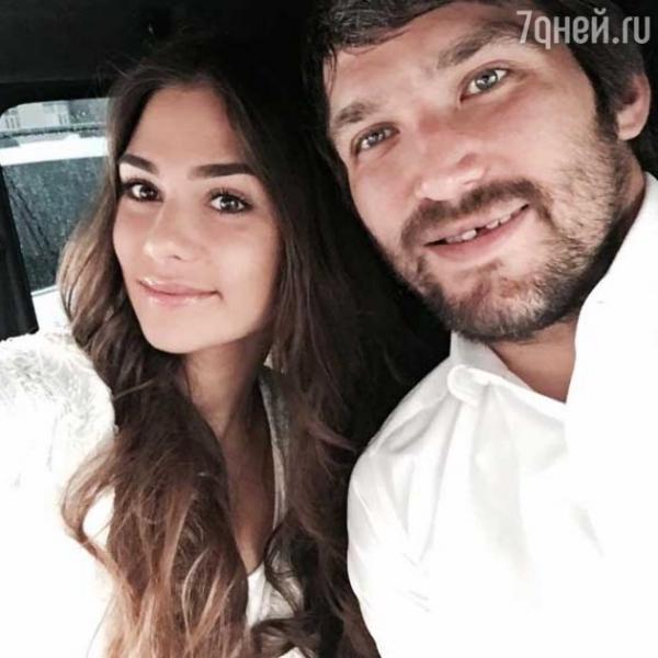 Александр Овечкин и Анастасия Шубская принимают поздравления со свадьбой