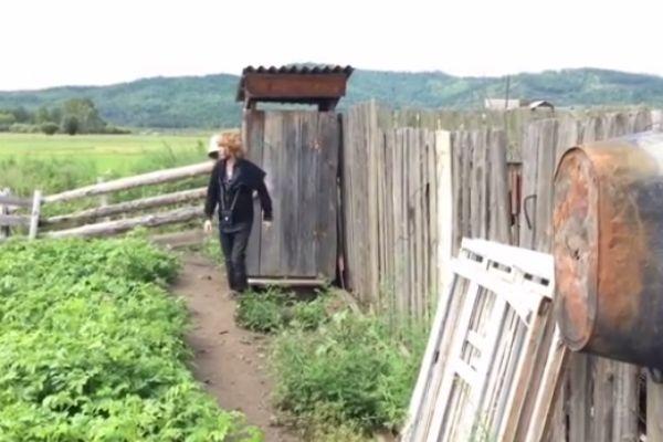 Сергей Зверев навестил маму в деревне