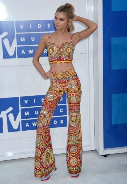 Стелла Максвелл выбрала для MTV VMA 2016 костюм-двойку