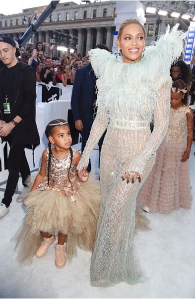 Бейонсе приехала на церемонию MTV с дочкой
