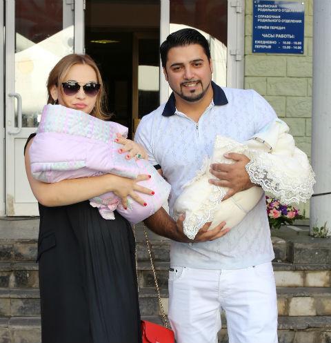 Александр Бердников забрал близнецов из роддома