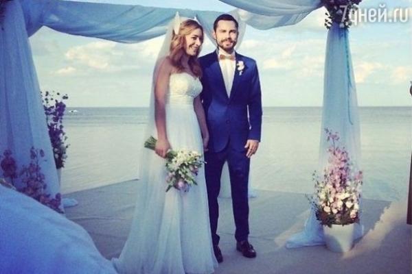 Андрей Бедняков и Настя Короткая празднуют бумажную свадьбу