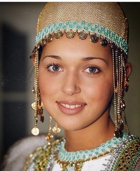 Алсу опубликовала свое фото в башкирском национальном костюме
