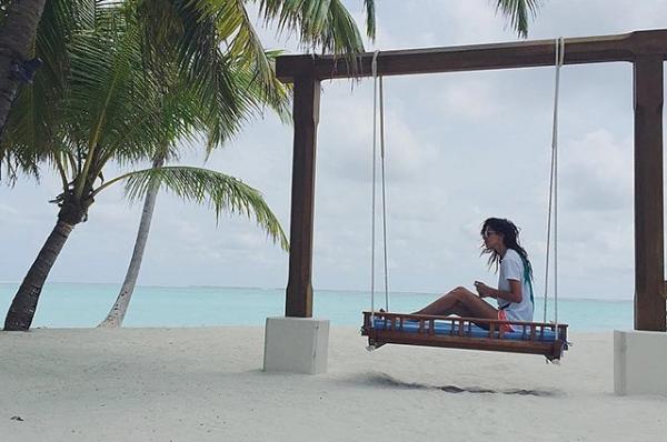 Равшана Куркова показала пляжные фото с райских островов