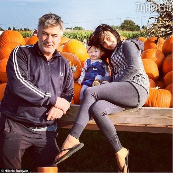 Алек Болдуин использует ребенка вместо штанги