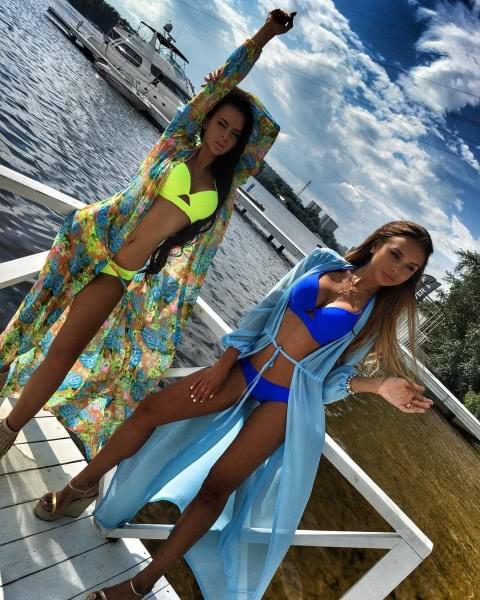Виктория Романец и Анастасия Сорокина представили купальники от Modus Fashion