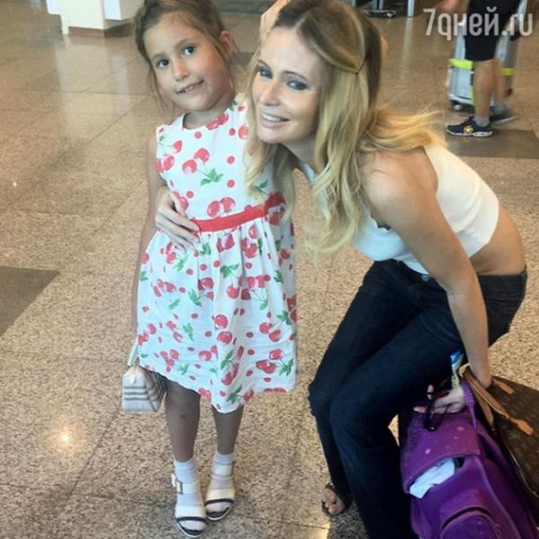 Дана Борисова доверила свою дочь стюардессам