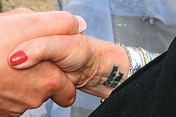 Особые приметы: что заставляет звезд Голливуда набивать странные татуировки