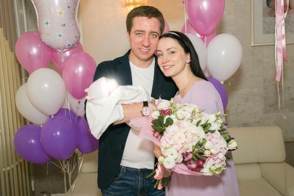 Игорь Крутой помогает сыну с новорожденным ребенком