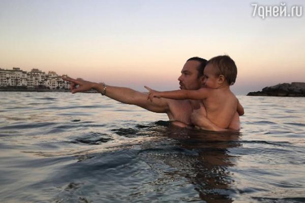 Алексей Чадов увез сына в Испанию