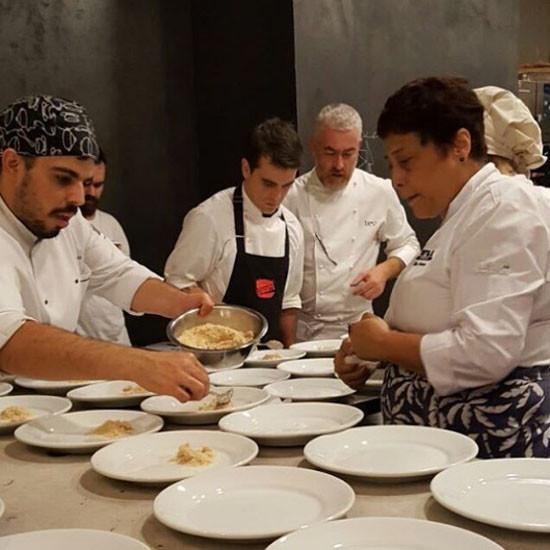 Повара Олимпиады готовят еду для бедных