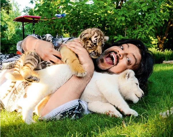 Лето Киркорова в фото: укрощал крокодила, обнимался со львом