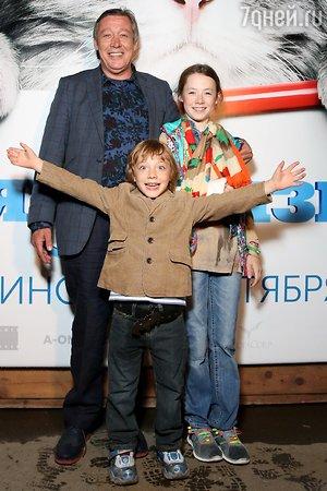Дочь Михаила Ефремова травмировала руку перед школой