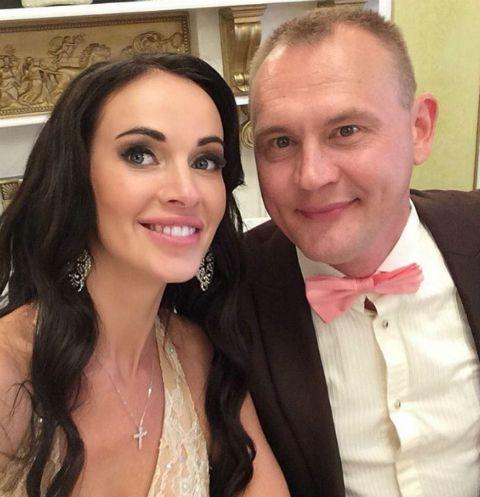 Жена Степана Меньщикова показала округлившийся животик в бикини