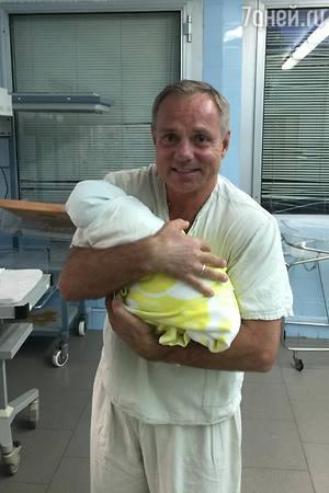 53-летний Александр Мохов не расстается с новорожденным сыном