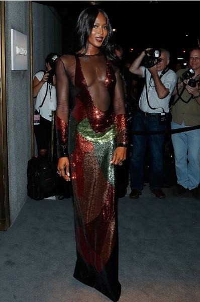 Неделя моды в Нью-Йорке: полуголая Кэмпбелл на показе Tom Ford