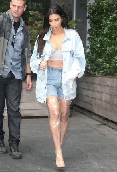 Ким Кардашьян прошлась по Нью-Йорку в прозрачных сапогах и топе