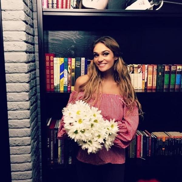 Алена Водонаева удивила поклонников платьем в бельевом стиле
