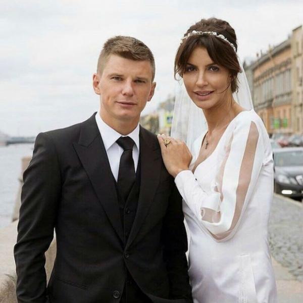 Андрей Аршавин появился на «Новой волне» с женой и падчерицей