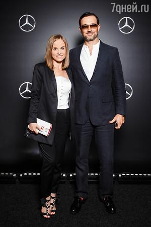 Вера Брежнева и Валерий Меладзе оделись в красные брюки