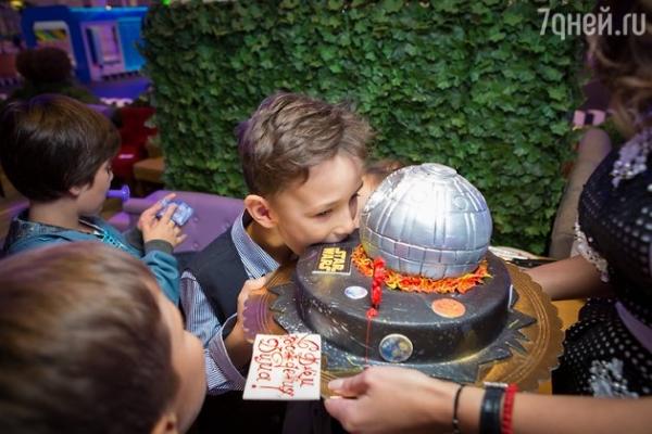 Жирковы устроили сыну день рождения в голливудском стиле