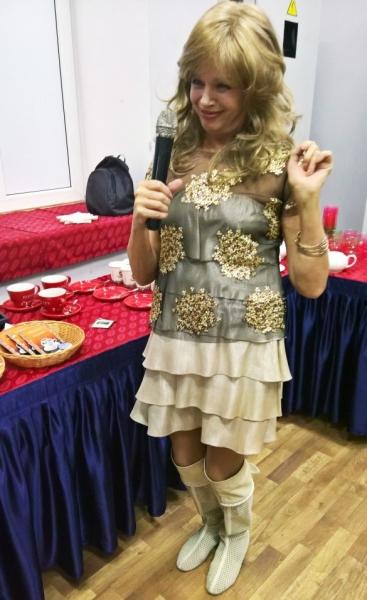 С 69-летней Елены Пресняковой во время выступления соскочило платье