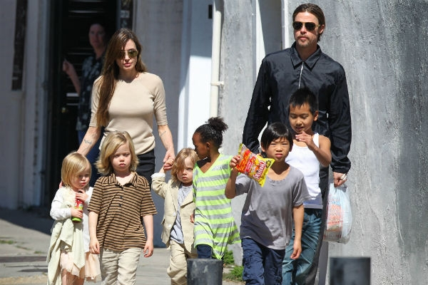 Хаос, переодевания и драки: шокирующие подробности семейной жизни Джоли и Питта
