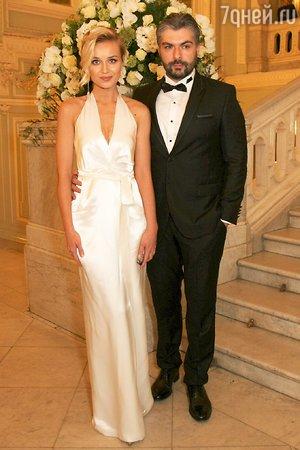 Полина Гагарина  празднует бумажную свадьбу