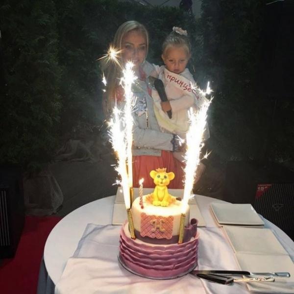 Татьяна Навка впервые показала лицо младшей дочери