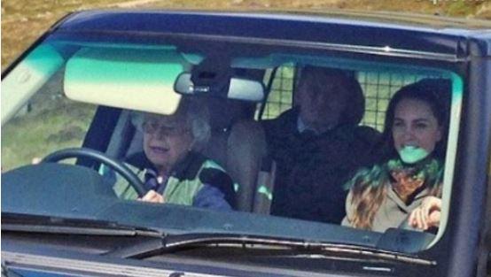 Елизавета II подвезла внука и его супругу на пикник в горы