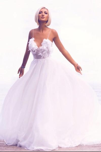 Бузова примерила откровенное свадебное платье