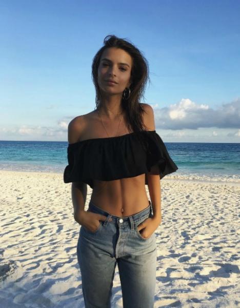 Эмили Ратажковски полностью обнажилась в Instagram