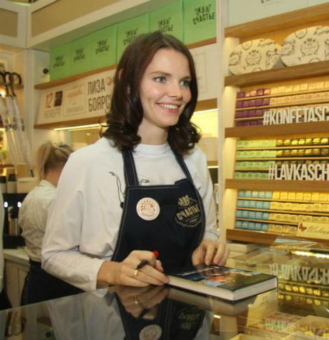 Елизавета Боярская стала продавцом-кондитером