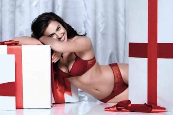 Ирина Шейк разделась для рождественской рекламы белья