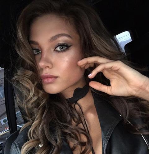 Алеся Кафельникова оголила грудь в провокационной фотосессии