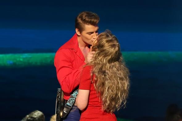 Алексей Воробьев одарил коллегу страстным поцелуем