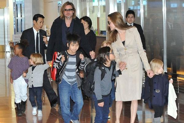 Дети Анджелины Джоли и Брэда Питта останутся жить с матерью