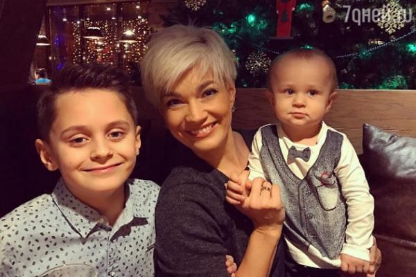 ВИДЕО: Стас Костюшкин перестал скрывать лицо младшего сына