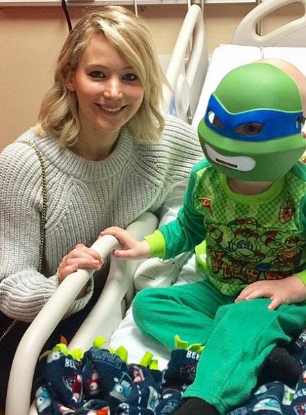 Дженнифер Лоуренс и Селена Гомес навестили поклонников в госпитале