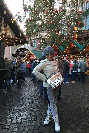 Елена Воробей наряжает «елку-глобус»