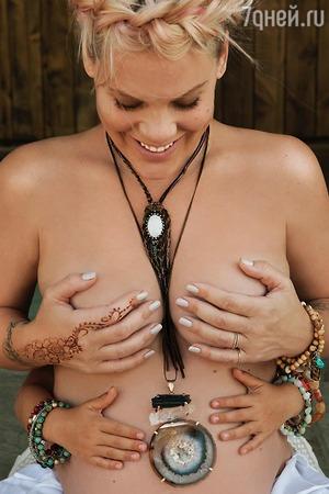 Беременная Пинк сфотографировалась полуобнаженной