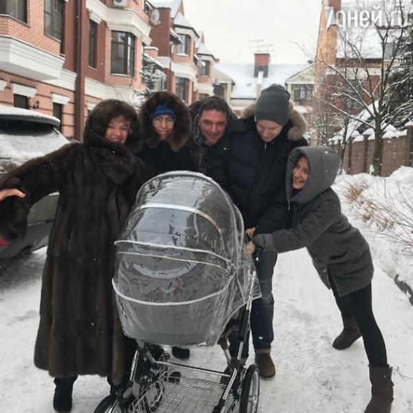 Первая прогулка Ксении Собчак с сыном закончилась дракой