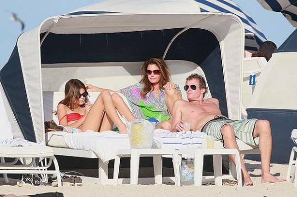 Синди Кроуфорд с семьей провела рождественские выходные на пляже