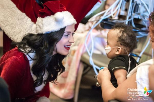 Доброта спасет мир: Кэти Перри и Орландо Блум в детской больнице