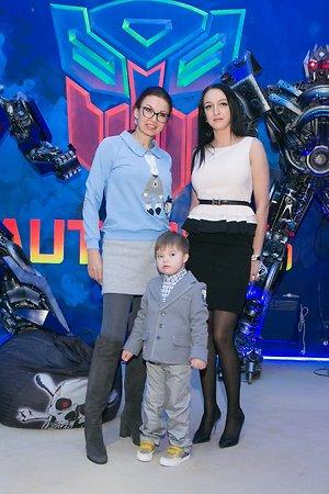 Сын Эвелины Блёданс испугался гигантских роботов