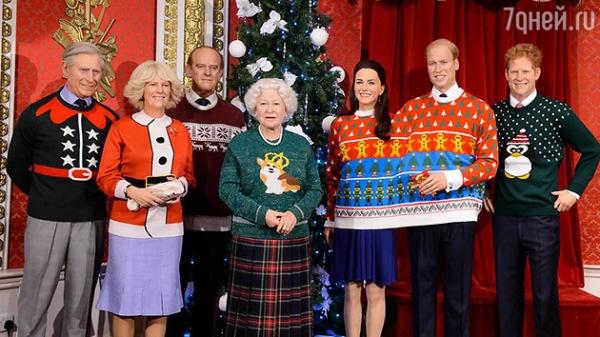 Елизавету II и ее семейство нарядили в забавные костюмы