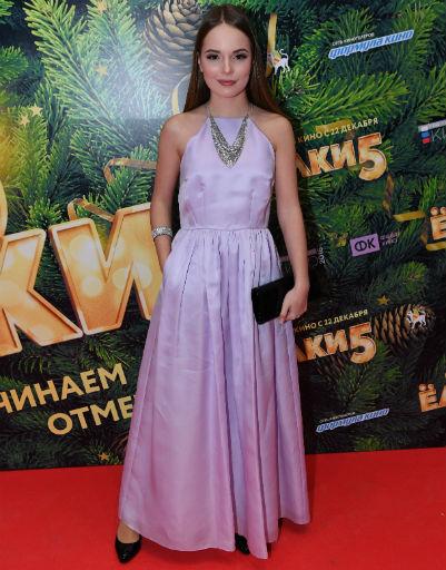 Дочь Татьяны Догилевой приехала в Москву ради премьеры «Елок-5»