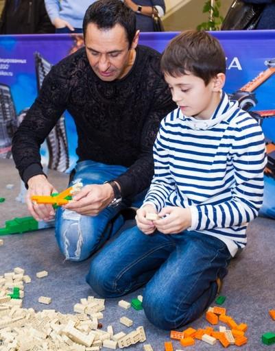 Юля Михальчик развивает творческие способности сына